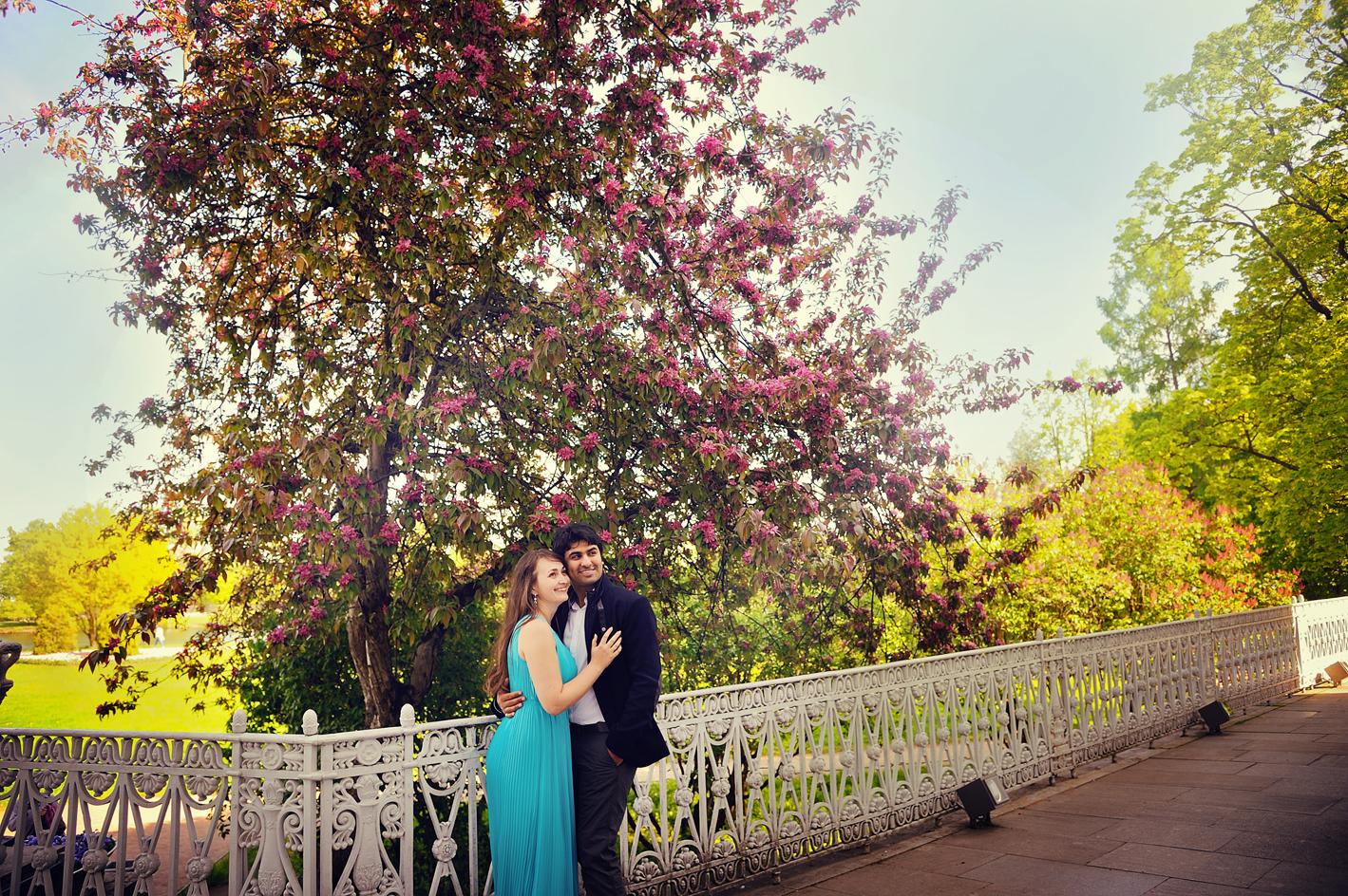 Выездная фотосессия в цветущем саду: http://steklo-foto.ru/articles/912